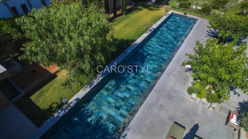Pose de margelle de piscine en pierre naturelle Brignoles - By Caro'Styl